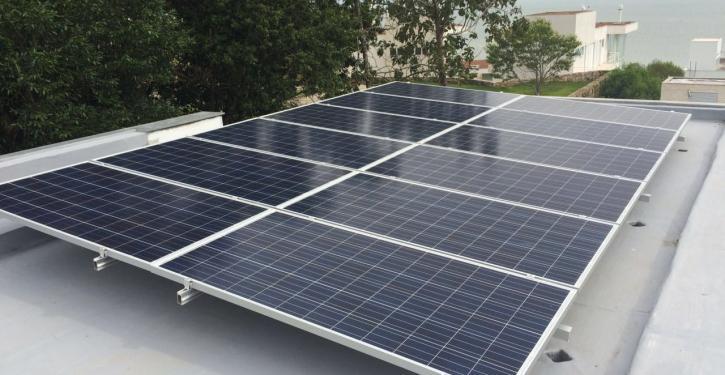 O investimento em painéis solares fotovoltaicos pode variar de R$ 20 mil a R$ 40 mil