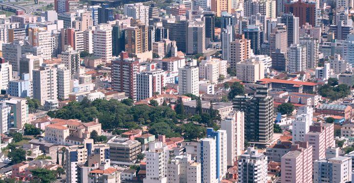 Morar em apartamento tem sido a escolha de grande parte das pessoas pela facilidade e segurança que os prédios proporcionam e os síndicos são os responsáveis pela gestão desses espaços coletivos