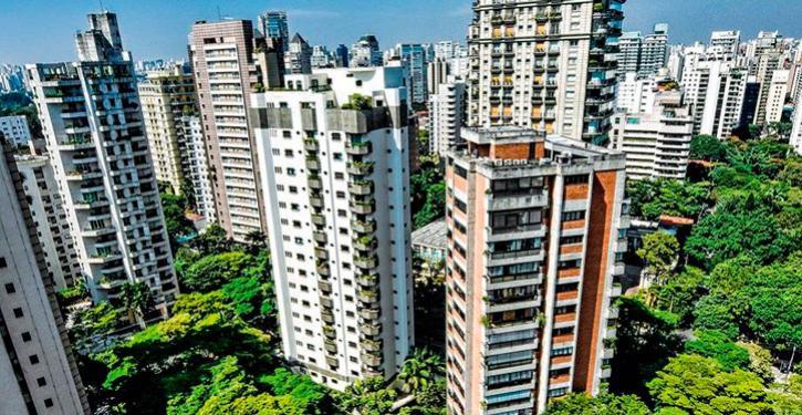 O Código Civil determina que tanto o construtor quanto o incorporador devem responder durante cinco anos sobre os vícios ocultos nas edificações.