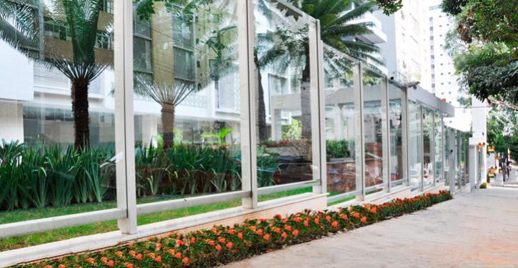 A dica dos arquitetos é optar pelo vidro incolor, pois ampliam o espaço e valorizam o jardim