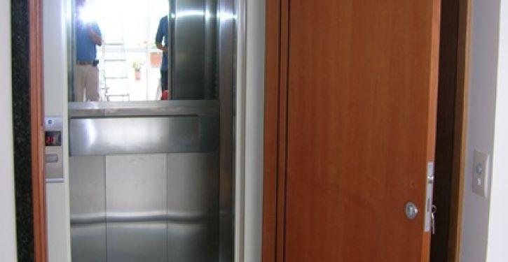 Fechadura nas portas dos elevadores